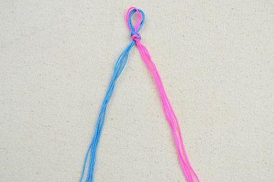 Завязываем нитки в узел и закрепляем фото