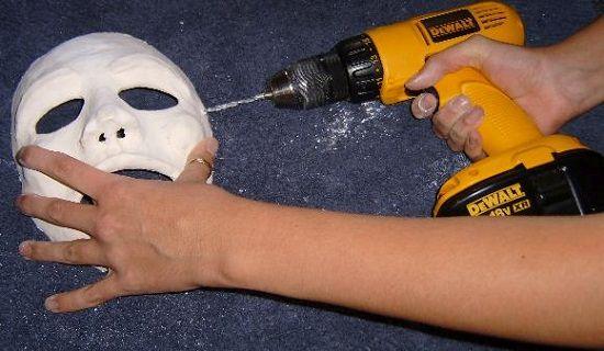 Делаем отверстия крепления маски фото
