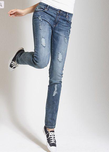 Рваные джинсы в стиле минимализм фото
