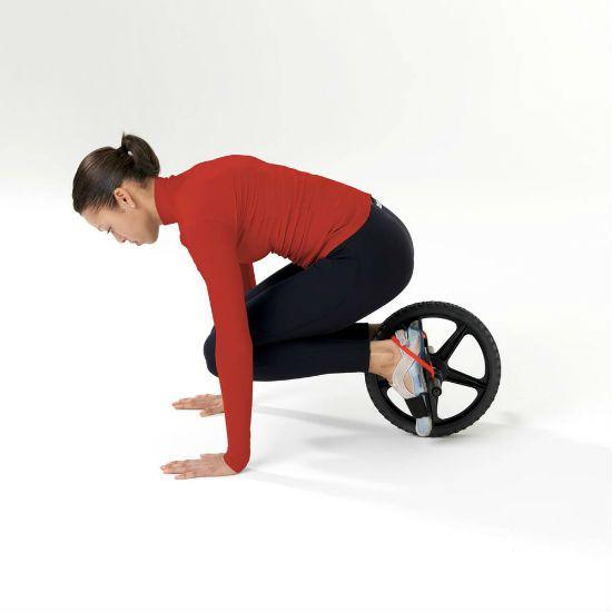 Катание колеса с согнутыми коленями фото