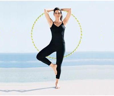 Упражнение с обручем наклоны на одной ноге фото
