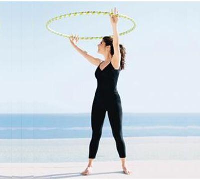 Упражнение с обручем повороты в стороны фото