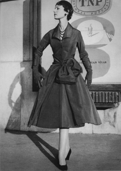 Девушка в плаще стиля винтаж фото