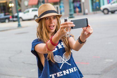 Селфи красивой девушки в шляпе