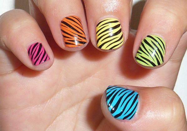 Зебра на коротких ногтях фото
