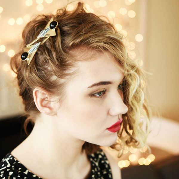 Укладка волос набок фото