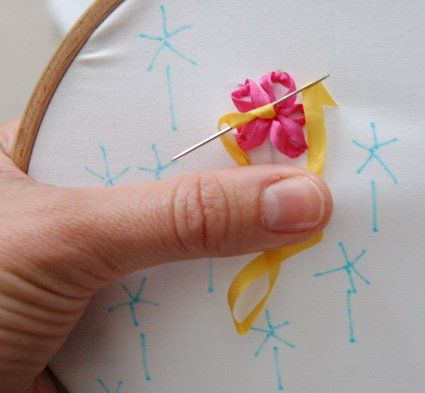 Продолжаем вышивать сердцевину цветка фото