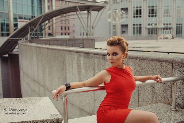 Фото девушки в красном платье
