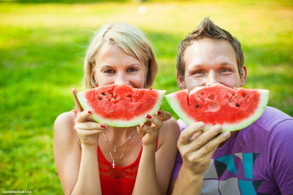 Фотосессия пары с арбузом