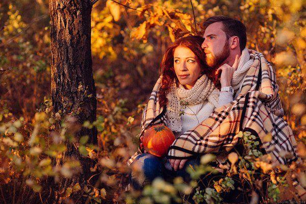 Фотосессия пары осенью в стиле лав стори