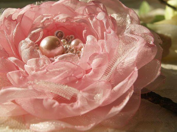 Цветок-брошь из ткани фото