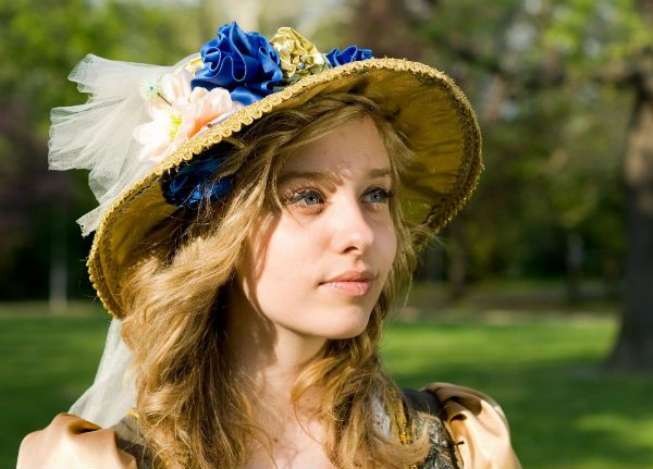 Цветы из ткани на шляпе фото