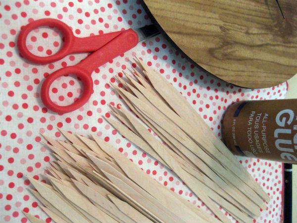 Делаем часы с деревянными палочками фото