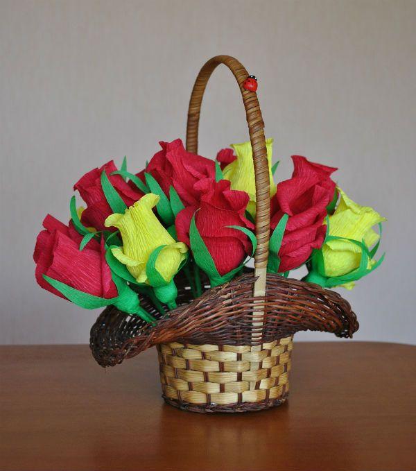 Корзинка с розами из конфет фото