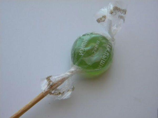 Крепим конфету на палочку фото