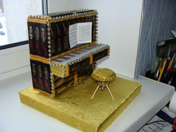 Пианино из конфет фото