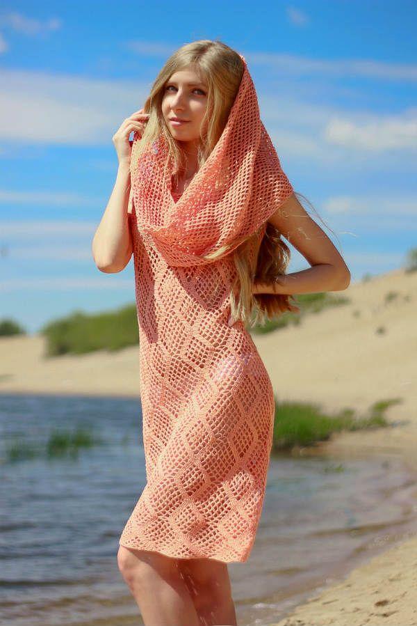 Пляжное вязаное платье с капюшоном фото