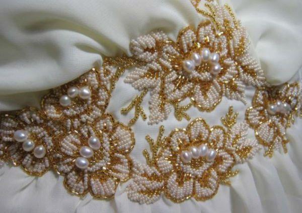 Золотисто-белый узор бисером фото