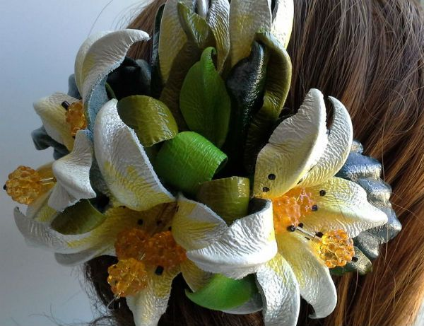 Украшение для волос с кожаными цветами фото