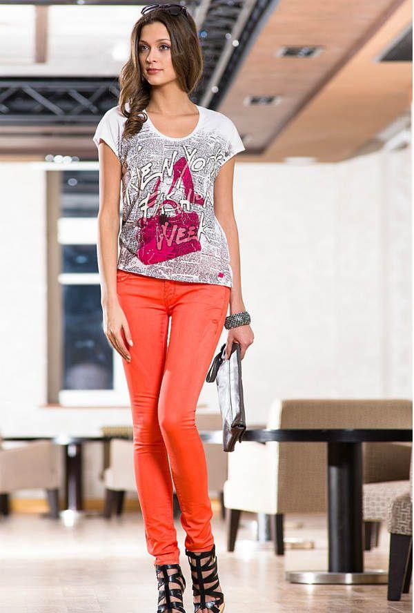 Женские яркие джинсы фото