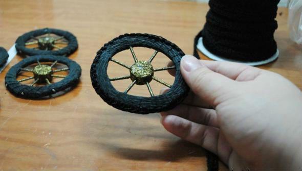 Обклеиваем колесо черной тесьмой  фото