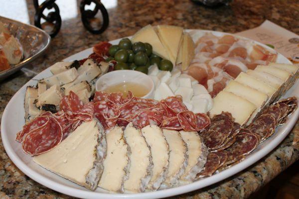 Простая мясная-сырная тарелка фото