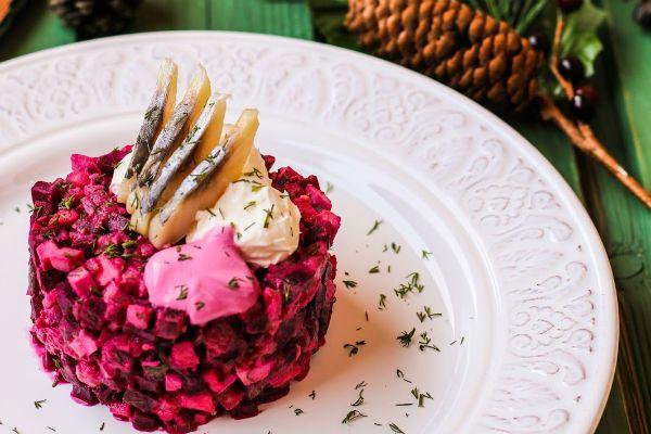 Как красиво украсить салаты своими руками: пошаговое фото