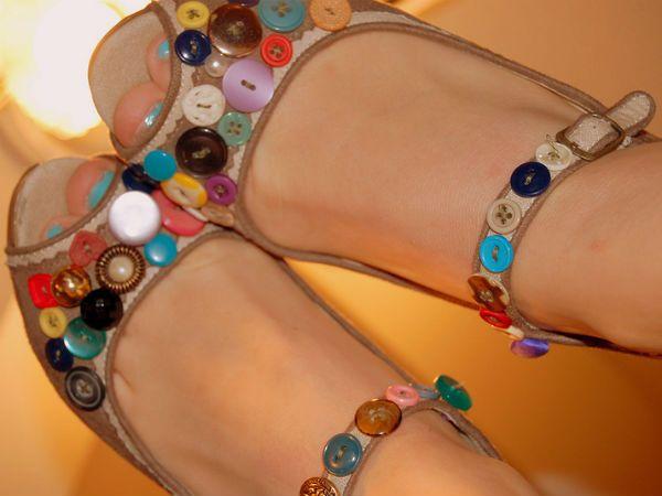 Украшаем обувь пуговицами фото