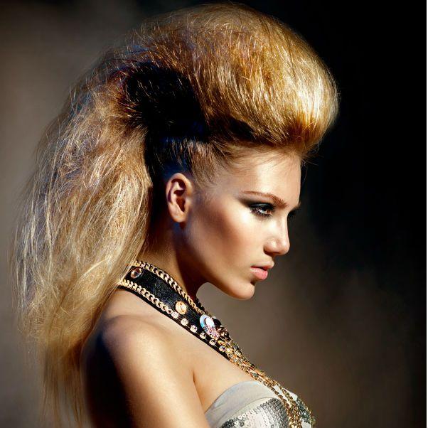 Ирокез на волосах средней длины