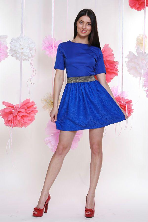 Красные туфли и синее платье фото