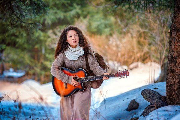 Девушка с гитарой фото