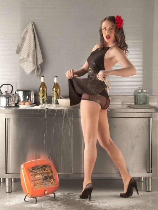 Пин-ап девушка на кухне фото