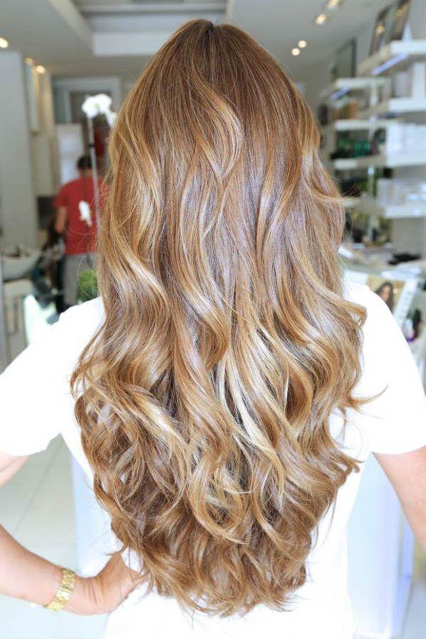 На русых волосах фото