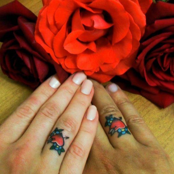 Тату цветочки на пальцах фото