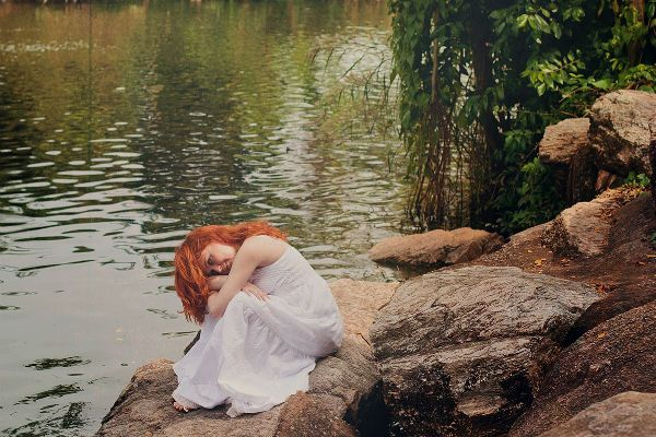 У реки фото