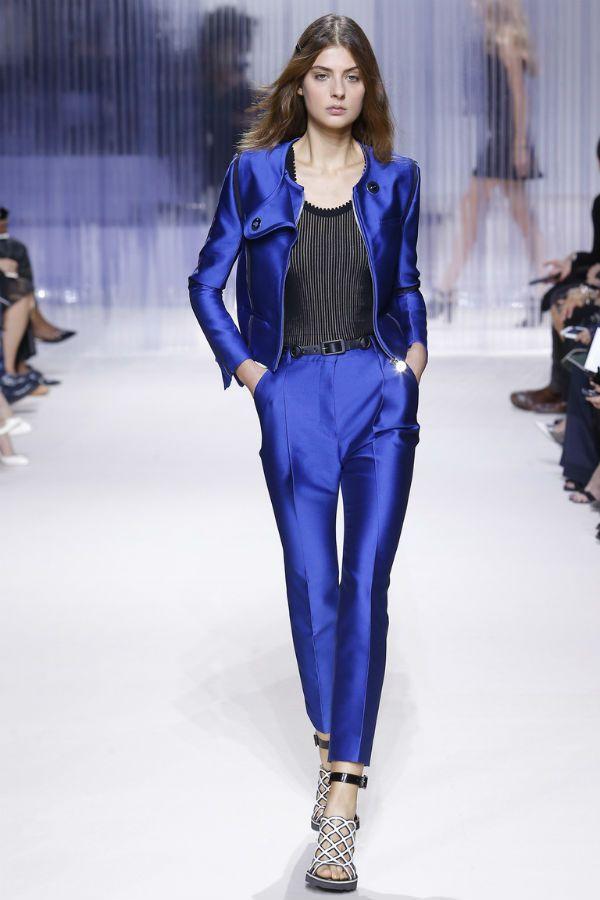 Синий атласный костюм фото