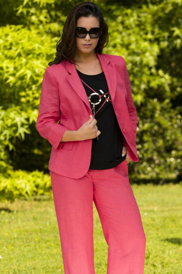 Розовый костюм фото