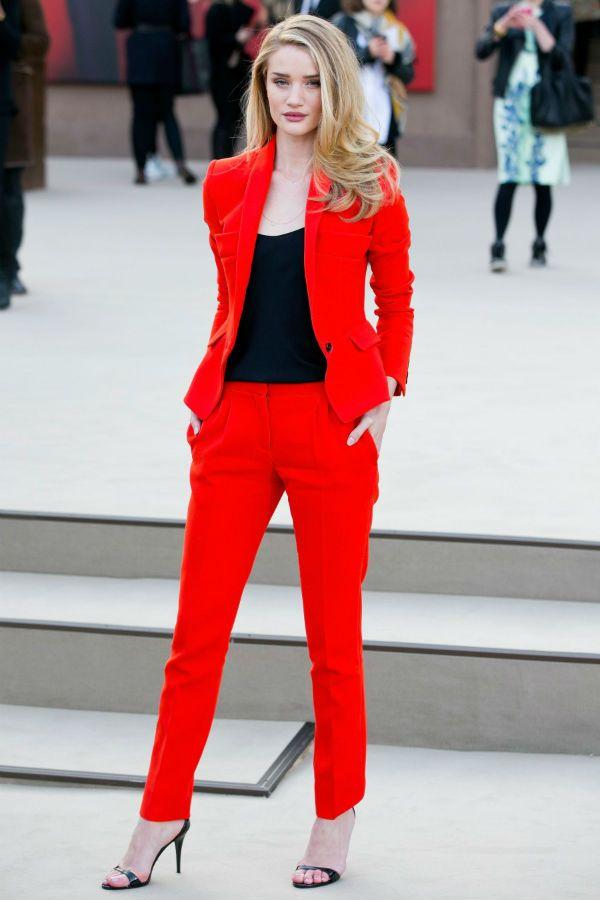 Красный костюм фото