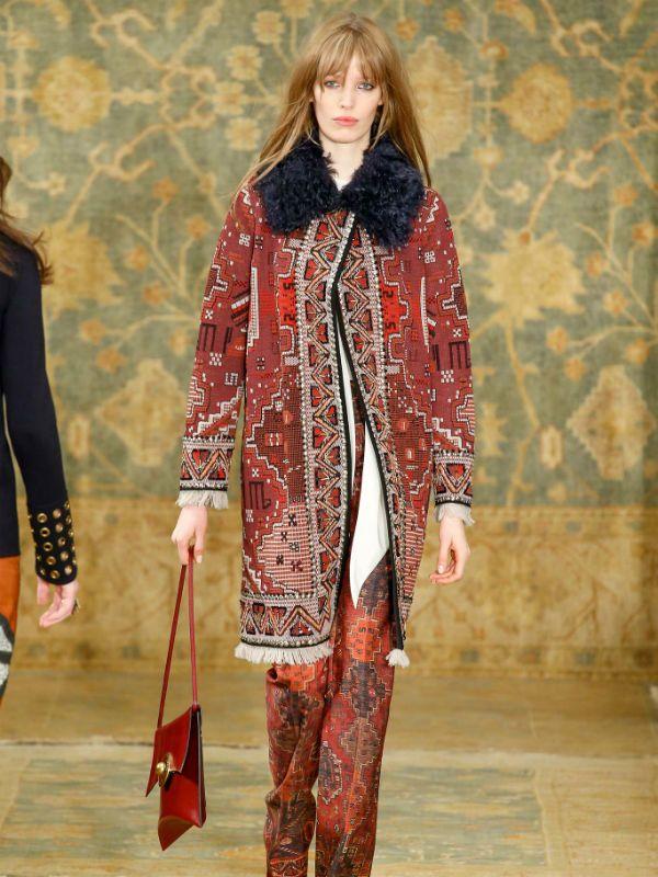 Красное пальто в бохо стиле фото