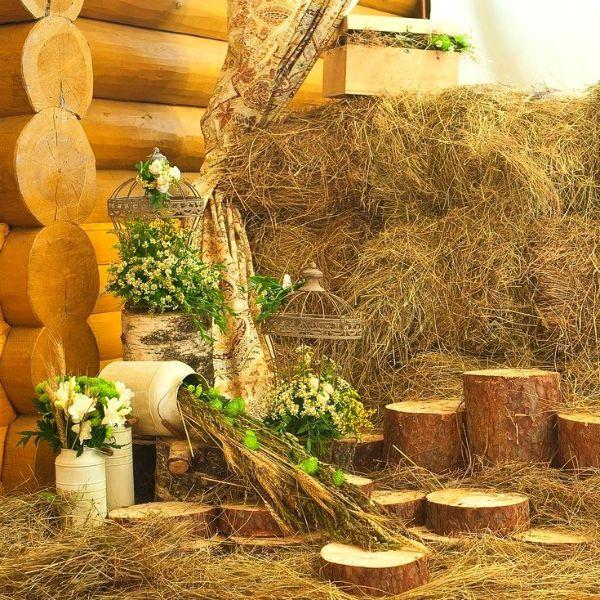 Фотозона в деревенском стиле рустик сеном фото