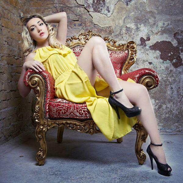 Фотозона в стиле гламур с креслом фото