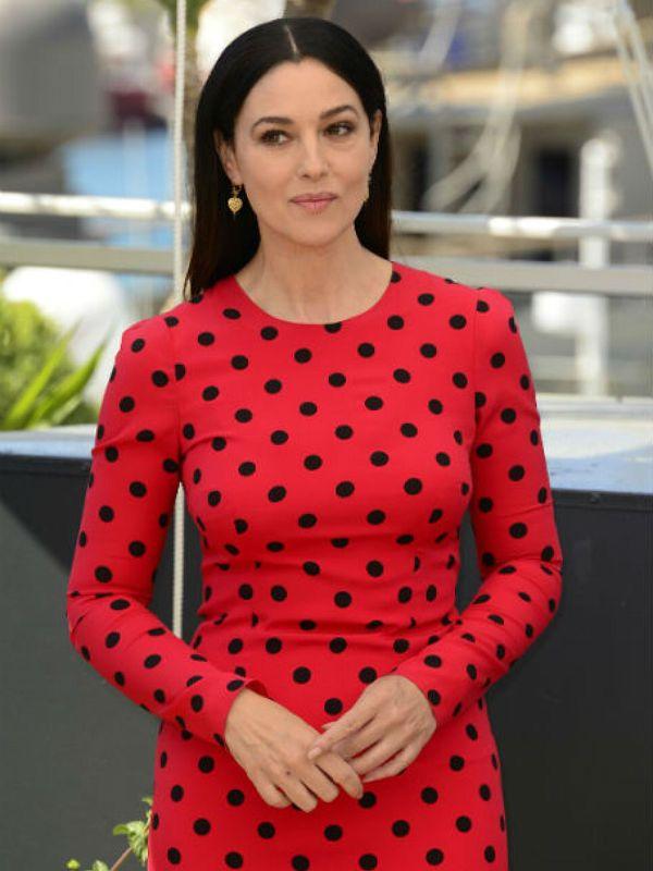 Красное платье в горошек фото
