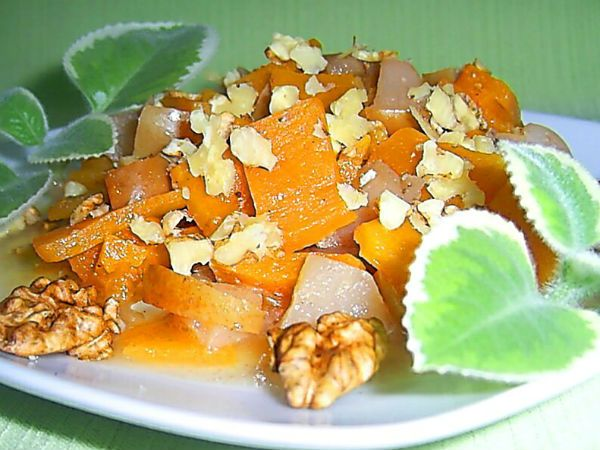 Салат с медом, яблоками, тыквой и орехами фото
