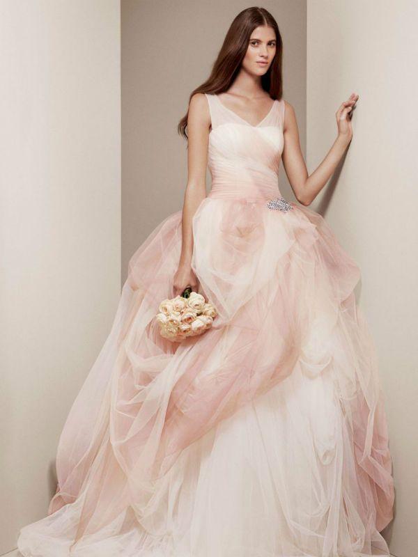 Нежное розовое свадебное платье фото