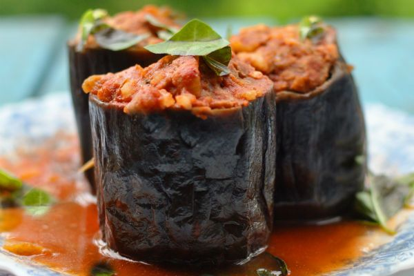 Баклажанные «бочонки» с мясом, рисом и черносливом фото