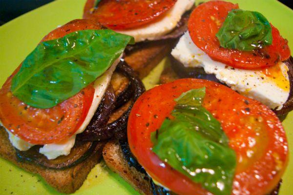 Баклажанные «пеньки» с помидорами, сыром и луком фото