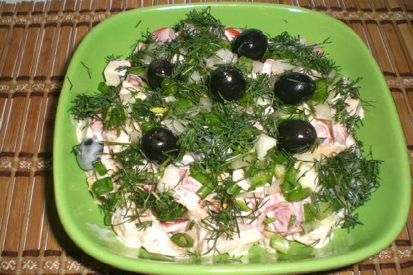 Салат с куриными желудками и оливками фото