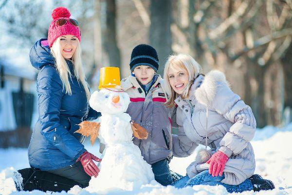 Семья со снеговиком фото