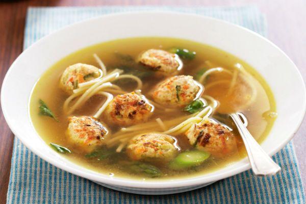 Суп с фрикадельками и домашней лапшой фото