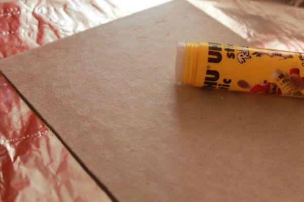 Промазываем картон клеем фото